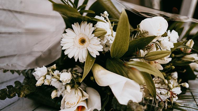 Bouquet de fleurs coupés blanches
