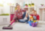 54018604-glückliche-familie-reinigt-den-