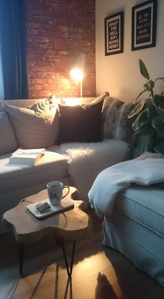 Leseabend auf dem Sofa
