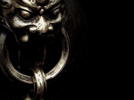 Há um DEMÔNIO atrás da porta:  a poesia gótica de karin poetiza