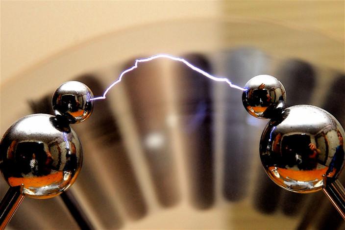 Сарландье и разряд от электрофорной машины