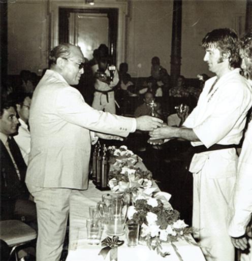 Sosai Mas. Oyama presenting trophy to Shihancho 1977