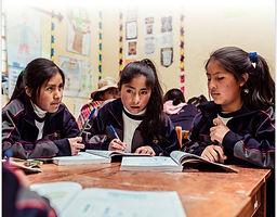 Tres mujeres jovenes en tertulia.jpg
