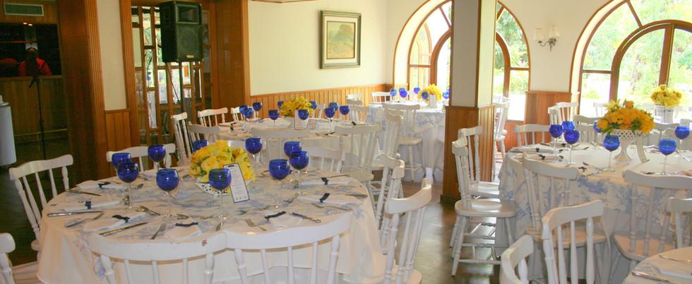 sala mesas copos azuis.JPG