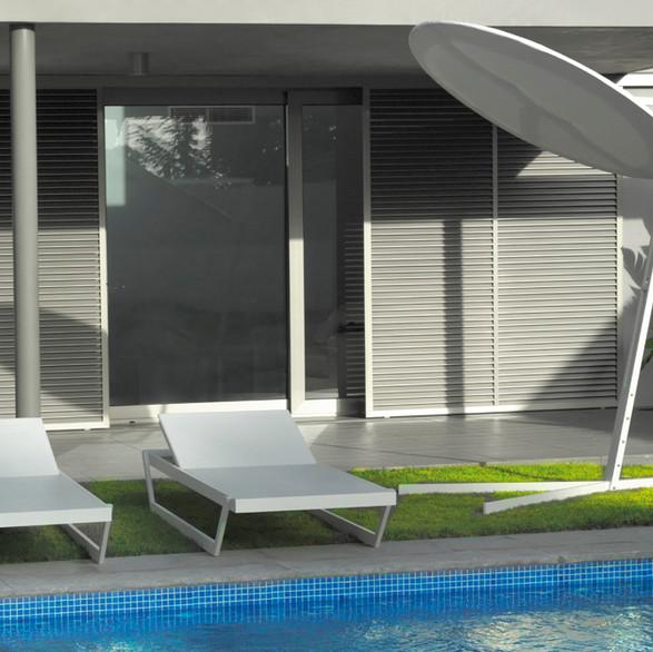 Tumbona Evo y sombrilla Equi para Axthor Outdoor Furniture
