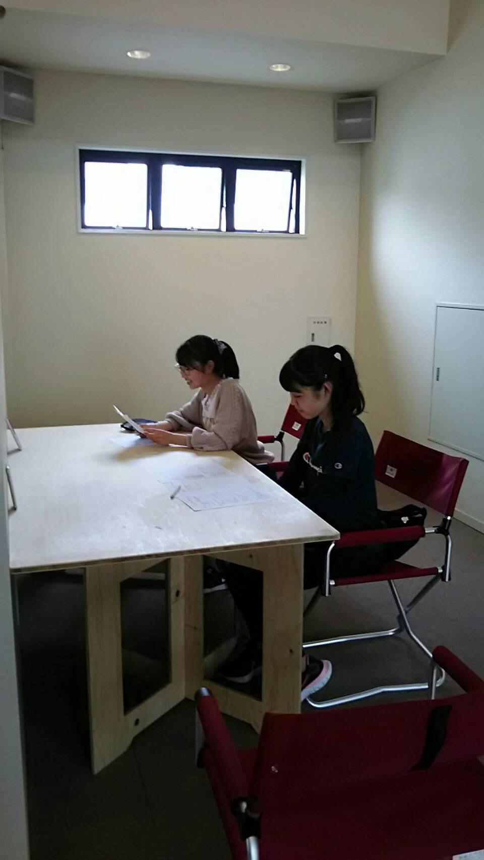 会議を進める子ども編集長と副編集長