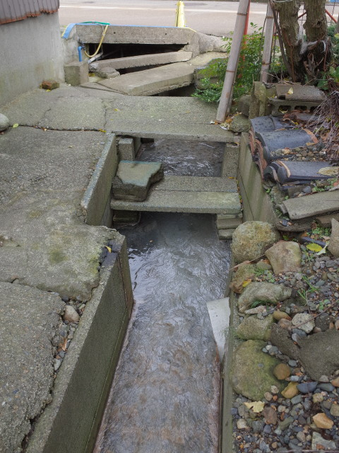 湧き出る温泉を利用しての洗濯