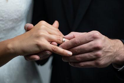 Die Ringe werden angesteckt. Auch ein aufregender Moment für den Hochzeitsfotografen