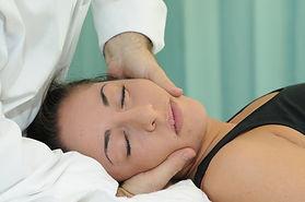 Le tecniche di terapia manuale hanno lo scopo di migliorare la plasticità dei tessuti, di aumentare il movimento, indurre il rilassamento, mobilitare o manipolare i tessuti molli e le articolazioni, modulare il dolore e ridurre il gonfiore.