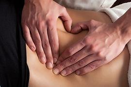 La terapia manuale può essere utilizzata per valutare la disfunzione, aumentare il range di movimento articolare, diminuire il dolore e migliorare la guarigione. Sia il massaggio che la terapia manuale possono essere utilizzati come parte di un piano per promuovere la salute e il benessere generale di un individuo.