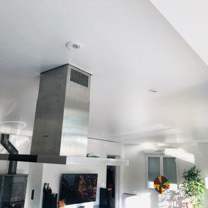 Plafond PVCtendu avec contournement vidéoprojecteur et hôte.