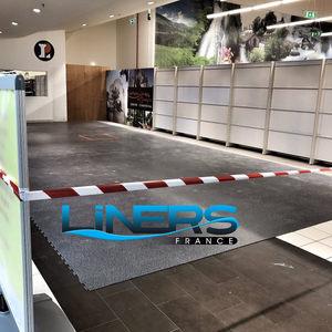 Pose de revêtement de sol en PVC pour la foire aux vins de Leclerc Étampes.