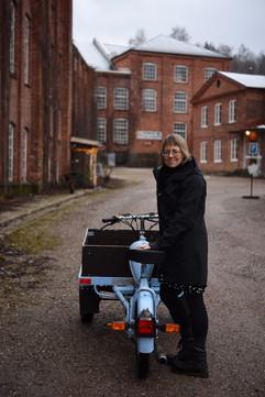Gaby Karlsson Hain med rekvisita från reklamfilmsinspelningen för Bauhaus