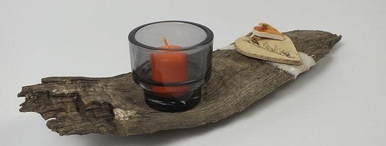 Altholz mit handgetöpferter Keramik