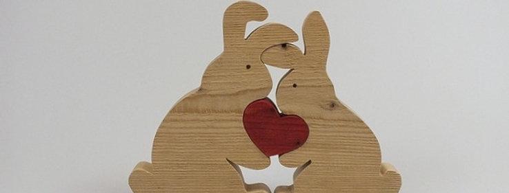 zwei Hasen mit Herz, Fichte Altholz