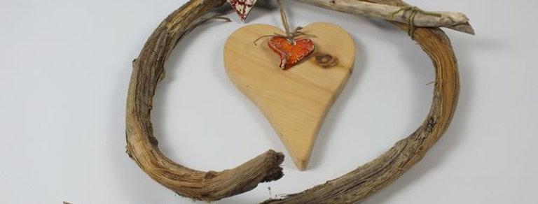 Herz mit handgetöpferter Keramik und Liane
