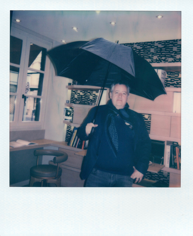 Portrait de Stéphane Corréard avec un parapluie