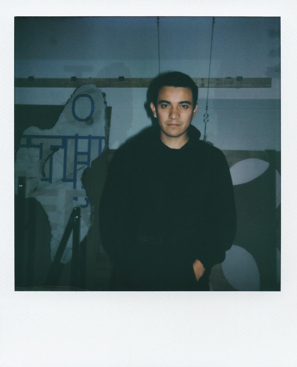 Portrait d'Ivan Argote dans son atelier