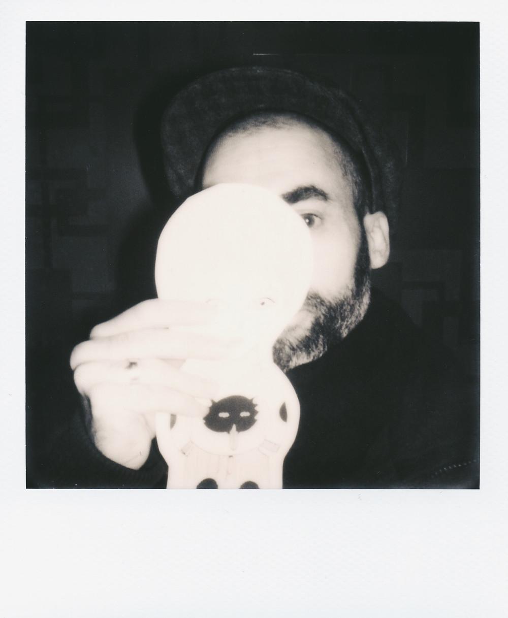 Autoportrait de Fred le Chevalier au Polaroid