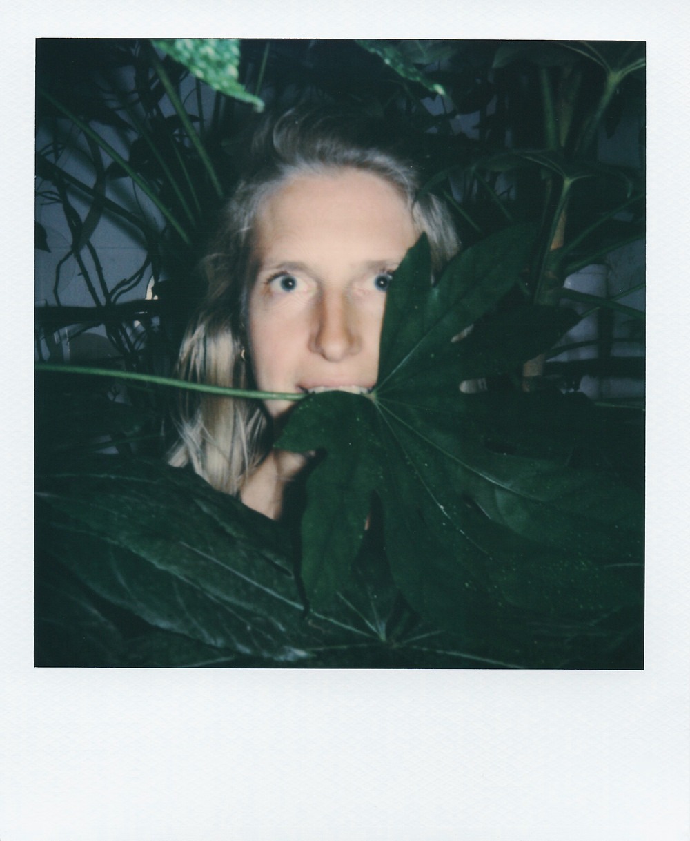 Portrait de Jeanne Barral dans les feuillages