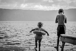la petite soeur aimerait sauter à l'eau comme son frère mais c'est haut