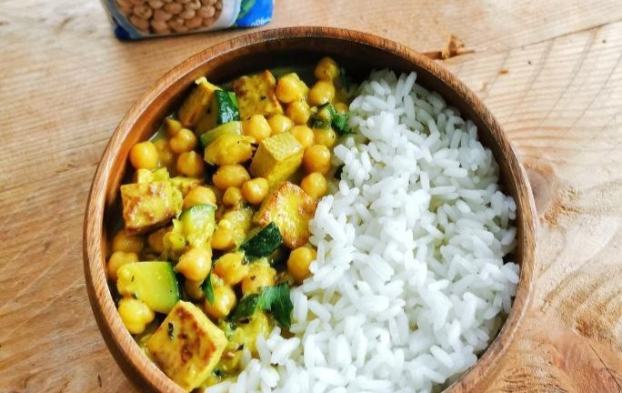 Cizrnové curry s jasmínovou rýží