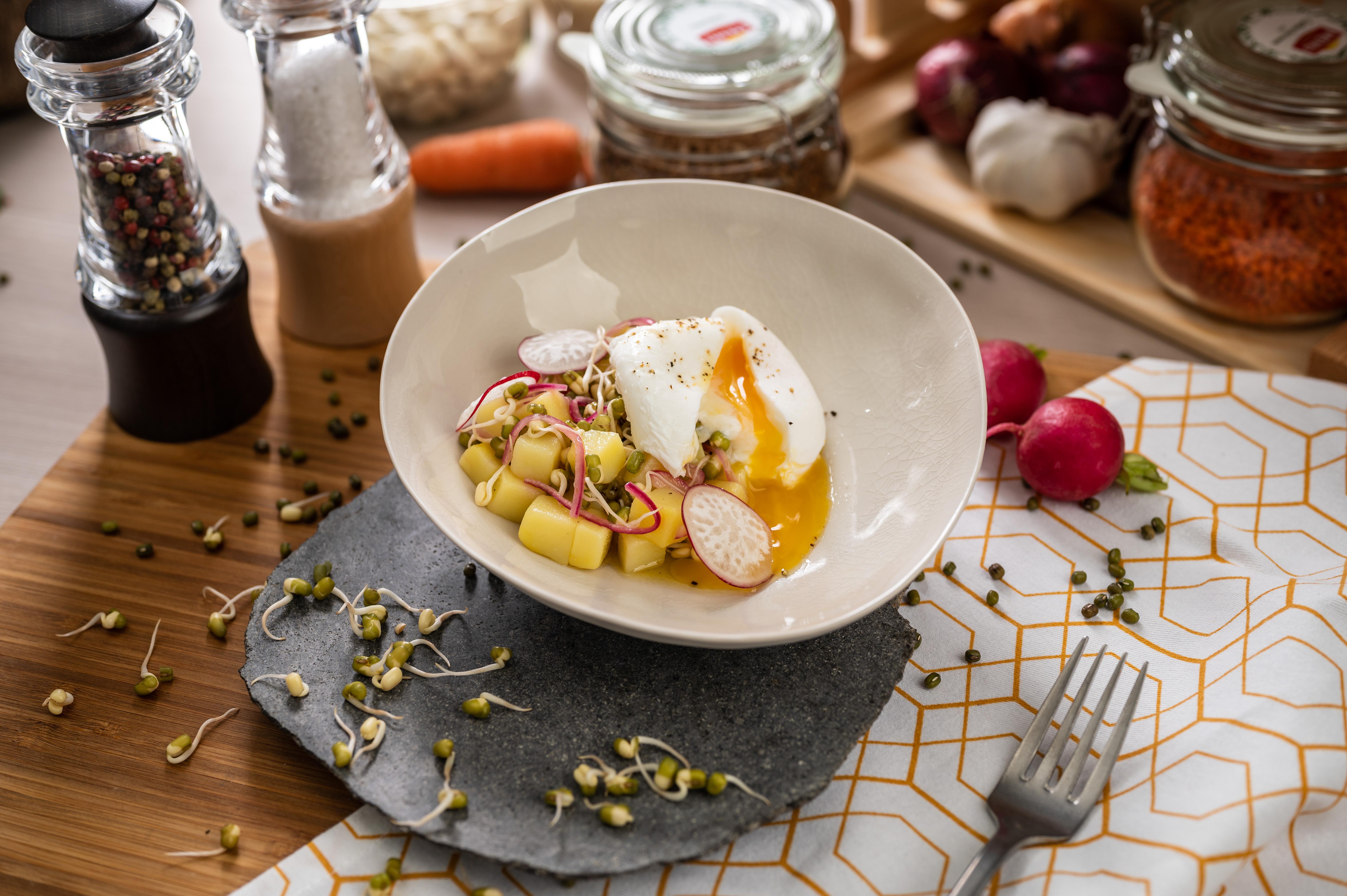 Salát s mungo klíčky a zastřeným vejcem