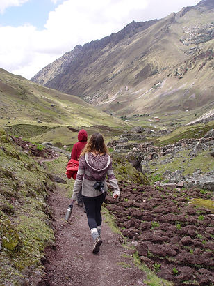 Mosqoy volunteers and Andean landscape