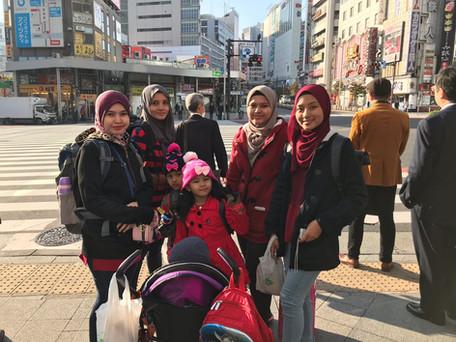 Sempat bergambar sebelum melintas jalan di Ueno