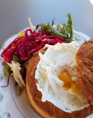 Pan relleno con estofado de carne de soja, huevo pochado y ensalada.