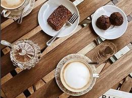 Cafe con leche (tu eliges que tipo de leche quieres) barritas de avena y galletas de chocolate veganas y sin gluten.