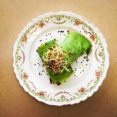 Filloas de espinaca rellena de salteado de verduras.