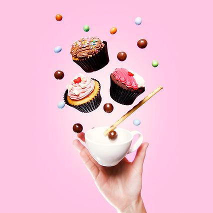 カップケーキ、ティーカップ、お菓子や手をフライング