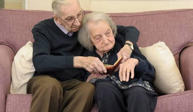 Marido de 91 anos lê diário para mulher com amnésia para manter o amor vivo