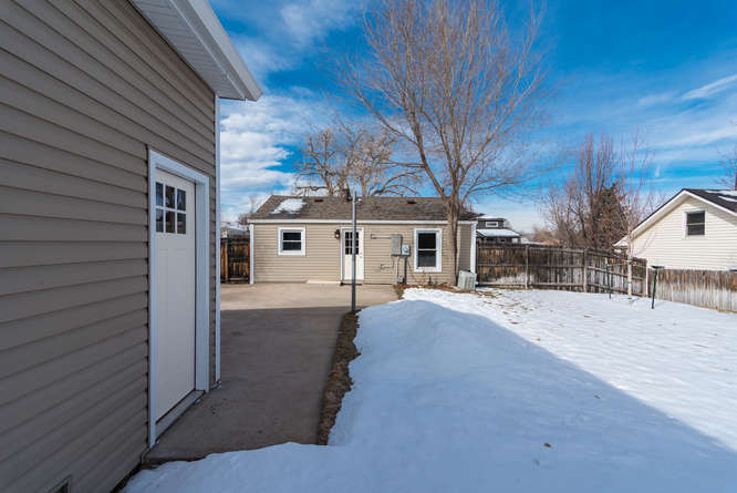 3210 S Emerson Street-small-035-37-Exter