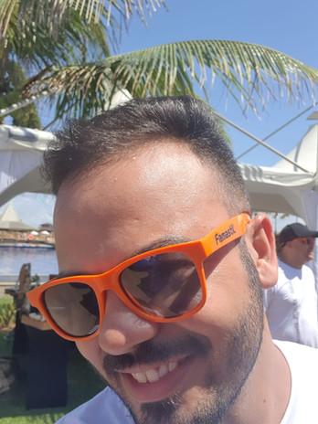 Cliente usando o óculos personalizado