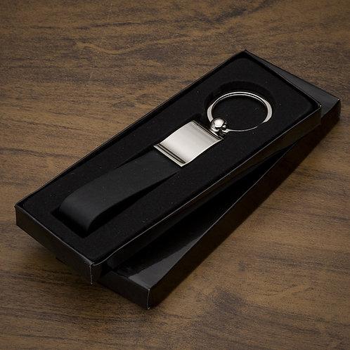 """Chaveiro personalizado metal brilhante frente lisa e verso com dois parafusos, possui """"alça"""" de couro"""