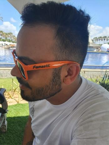 Cliente usando óculos de sol personalizado