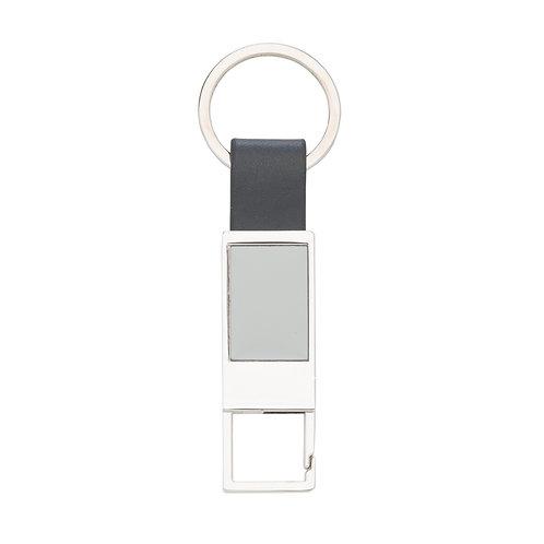 Chaveiro personalizado de metal com mosquetão e detalhe em couro sintético.