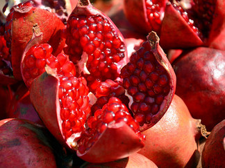 5 Amazing Pomegranate Seed Oil Benefits for Skin Beauty*