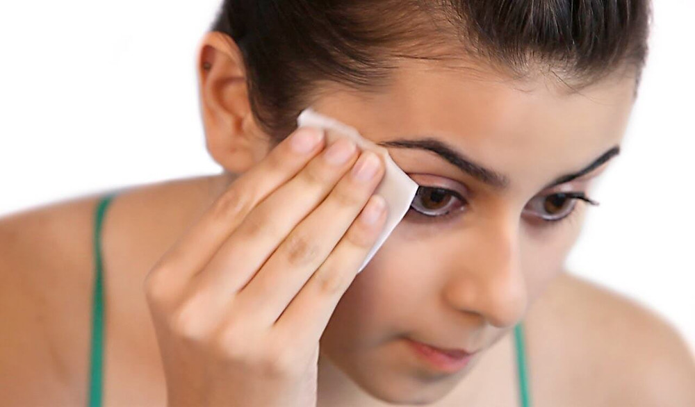 Image from http://www.womendailymagazine.com/remove-makeup-dermatologist-way/