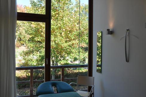 Therapieraum mit Blick ins Grüne