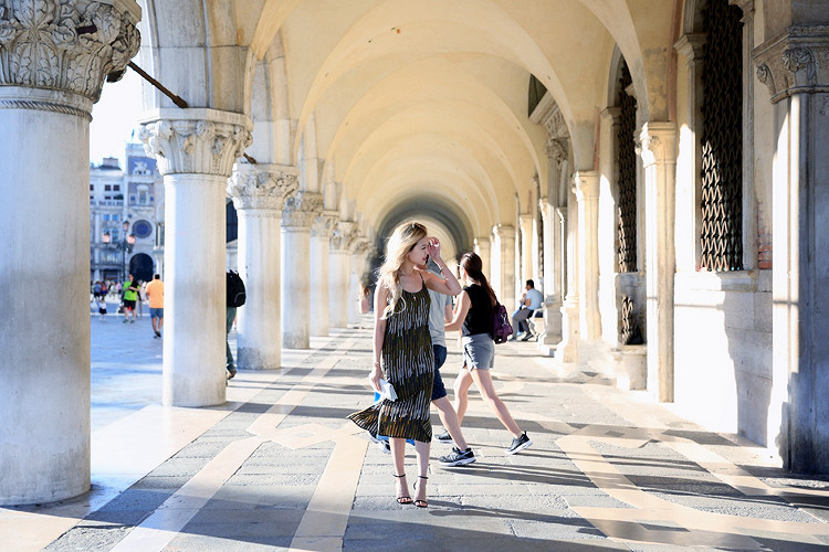 Love Between the Racks - Fashion Blogger x Venice, Italy - H&M print dress 6