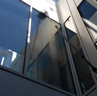 Lavaggio vetrate con macchina osmosi