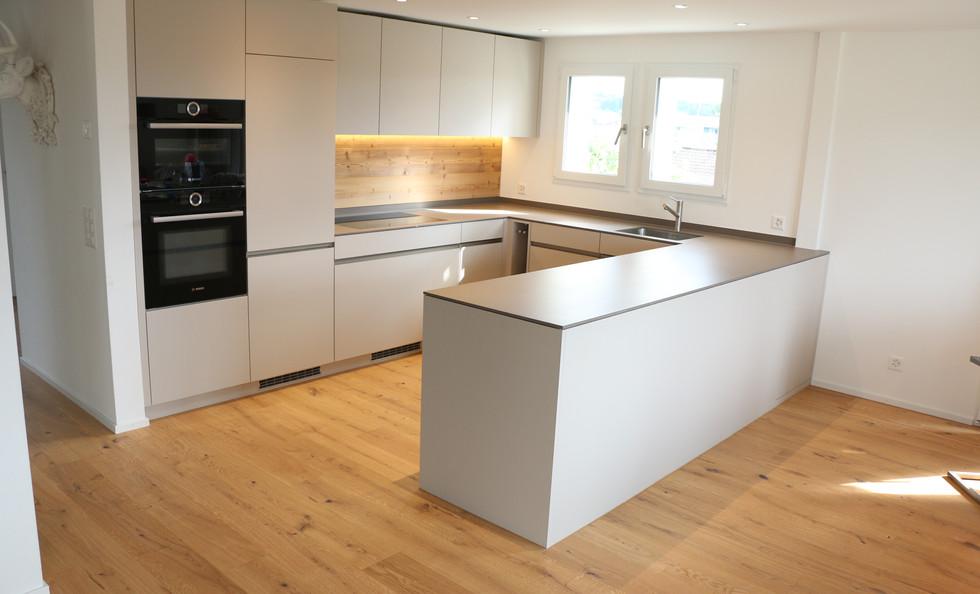 Küche mit Griffleisten / Abdeckung Keramik