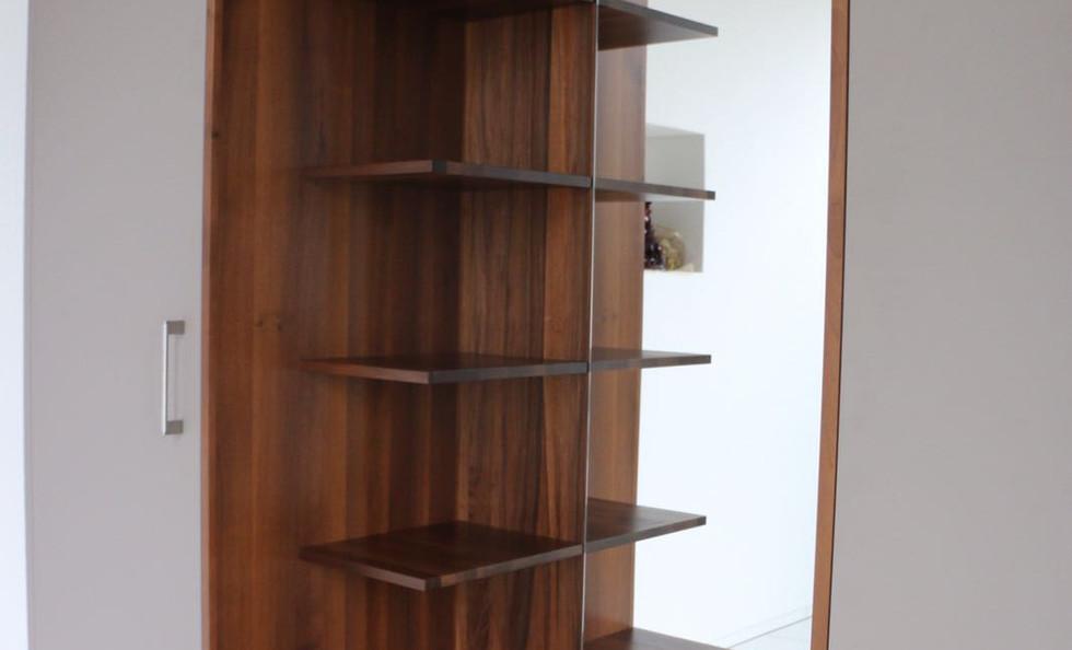 Garderoben-Schrank mit Nische in Nussbaumholz