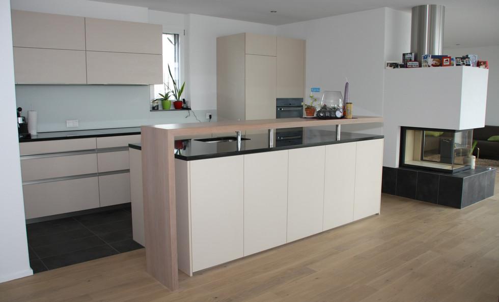 Küche mit Insel und Bar