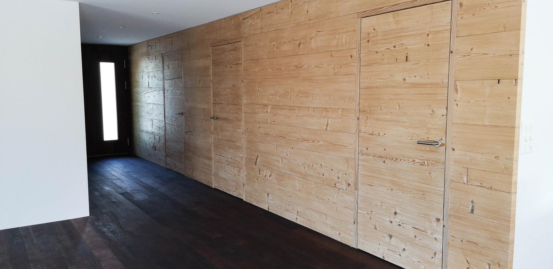 Altholzwand modern integriert