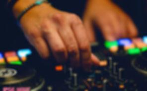 mani dj IpseMixiy su mixer consolle
