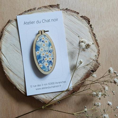 Broche ovale fleurs fond bleu